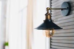 Retro- Glühlampe in einer modernen Dachbodenart, Wandlampe modern Lizenzfreie Stockfotos