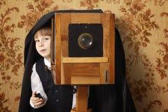 retro gladlynt fotograf för pojke Arkivbilder