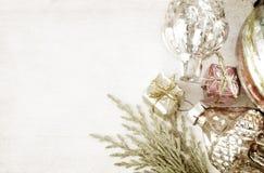 Retro glass julleksaker på träpanel Royaltyfria Foton