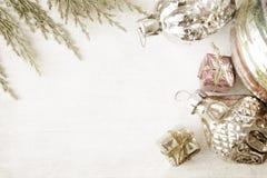 Retro glass julleksaker på träpanel Royaltyfri Foto