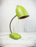 Retro grön skrivbordlampa Fotografering för Bildbyråer
