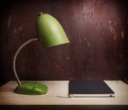 Retro- grüne Schreibtischlampe Stockfotografie