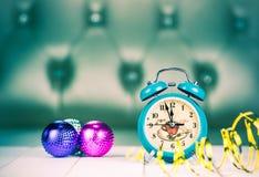 Retro- grüner Wecker mit fünf Minuten zum Mitternacht Lizenzfreies Stockbild
