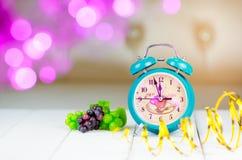 Retro- grüner Wecker mit fünf Minuten zum Mitternacht Stockfotografie