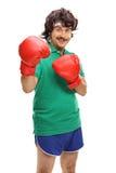 Retro grabb med röda boxninghandskar royaltyfri bild