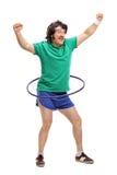 Retro grabb som övar med ett hulabeslag royaltyfri bild