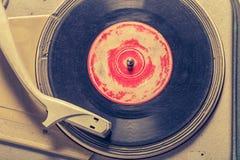 Retro grammofoon en oud vinyl met gekrast stock foto's