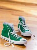 Retro groene tennisschoenen Stock Afbeelding