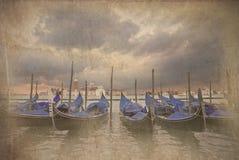 Retro- grunge Foto der Gondeln, die in Venedig ruckartig bewegen Lizenzfreies Stockbild
