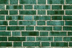 Retro grungebakgrund av väggen för gräsplanbusetegelsten Arkivfoton