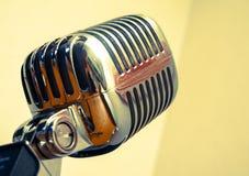 retro guld- mikrofon Arkivbilder