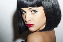Retro härlig flicka för brunett Woman.bob Haircut.red lips.beauty Royaltyfri Foto