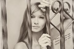Retro härlig ung nätt tappning för sepia för modellflickakvinna Fotografering för Bildbyråer