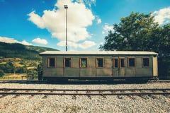 Retro- hölzerner Bahnwagen an der Station von Serbien Stockfoto