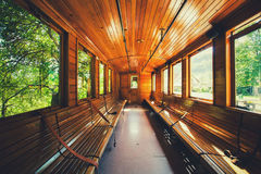 Retro- hölzerner Bahnwagen an der Station von Serbien Lizenzfreie Stockbilder