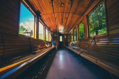 Retro- hölzerner Bahnwagen an der Station von Serbien Stockbild