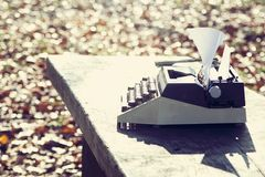 retro handstilbegrepp - en gammal skrivmaskin som skriver messisen, telegram, böcker Royaltyfri Fotografi