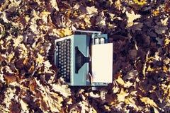 retro handstilbegrepp - en gammal skrivmaskin som skriver messisen, telegram, böcker Arkivfoto