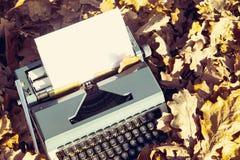 retro handstilbegrepp - en gammal skrivmaskin som skriver messisen, telegram, böcker Arkivfoton
