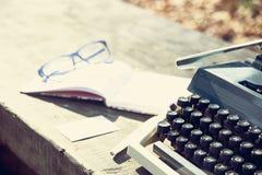 retro handstilbegrepp - en gammal skrivmaskin som skriver messisen, telegram, böcker Fotografering för Bildbyråer