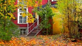 Retro- Hauseingangsportal und -ahorne im Herbst stock video footage
