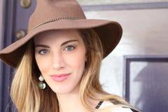 Retro- herrliche blonde elegante junge Frau Lizenzfreie Stockfotos