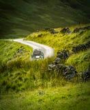 Retro het Reizen Auto in Schotland Royalty-vrije Stock Foto's
