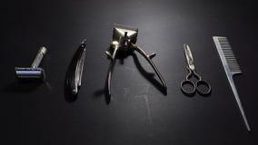 Retro het scheren en kappersmateriaal op zwarte achtergrond stock foto
