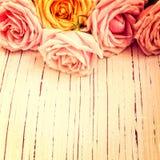 Retro Hintergrund der Weinlese mit Rosen Lizenzfreie Stockbilder