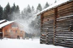 Retro- Holzhaus im Wald im russischen Norden Stockfoto