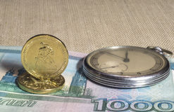 Retro horloge, bankbiljetten en muntstukken Royalty-vrije Stock Fotografie
