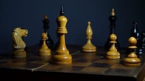 Retro houten schaak op uitstekend bureau Sluit omhoog stock footage