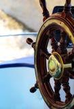 Retro houten schipwiel bij het overzees Royalty-vrije Stock Afbeeldingen
