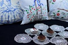 Retro huishoek met cupcakes Stock Foto's