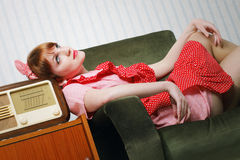 Retro huisvrouw heeft een onderbreking Royalty-vrije Stock Foto's