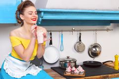 Retro huisvrouw van de speld omhoog kleurrijke vrouw Stock Afbeeldingen