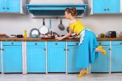 Retro huisvrouw van de speld omhoog kleurrijke vrouw Stock Foto