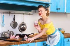 Retro huisvrouw van de speld omhoog kleurrijke vrouw Royalty-vrije Stock Fotografie