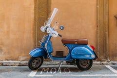 Retro hulajnoga na ulicie Siena miasto obrazy stock