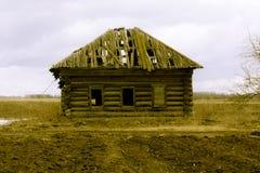 Retro- hundertjähriges Holzhaus überlebte ihr Lizenzfreie Stockfotos