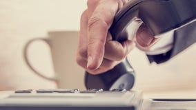 Retro immagine della mano maschio che compone un numero di telefono Fotografia Stock