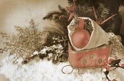 Retro immagine della slitta con gli ornamenti di natale nella borsa Fotografia Stock
