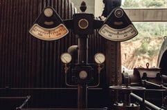Retro- industrieller Voltmeter, Amperemeter und Druckmessung stockbild