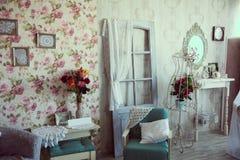 Retro inre rumstudio med stiliserade antika väggar Royaltyfria Bilder