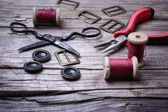 Retro insieme dei bottoni, del filo e delle forbici Fotografia Stock