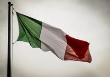 Retro italiensk flagga som vinkar i brisen Arkivfoton