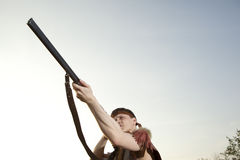 Retro jager klaar om met de jachtgeweer te jagen Royalty-vrije Stock Foto's