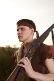 Retro jager klaar om met de jachtgeweer te jagen Stock Foto's