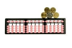 Retro- Japan-Taschenrechner des Abakusses mit den Gold- und Silbermünzen lokalisiert Stockbilder