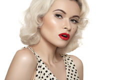 Retro jaren '50. Ouderwetse sexy speld-op model, rode lippensamenstelling, blond krullend kapsel Stock Foto